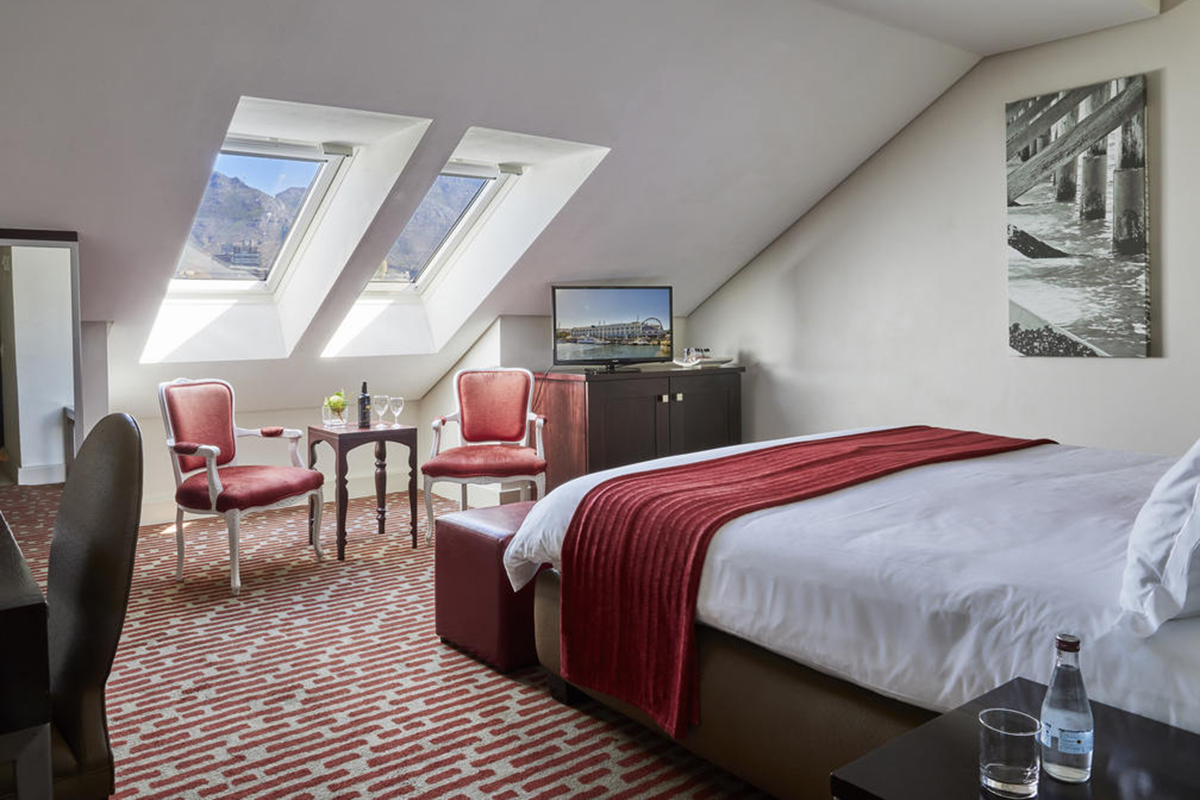 victoria__alfred_hotel_loft_room